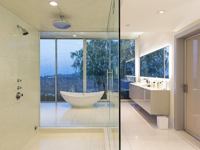 Phòng tắm được thiết kế rộng rãi và thoải mái.