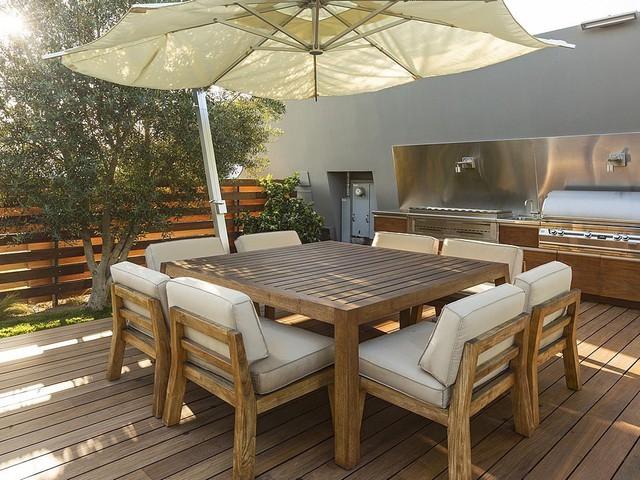 Một khoảng ban công ngập nắng bên ngoài được thiết kế bằng chất liệu gỗ, tạo cảm giác gần gũi với thiên nhiên.