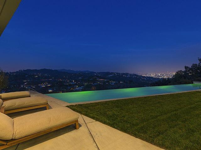 Từ bãi cỏ và bể bơi của căn nhà, hoàn toàn có thể ngắm được quanh cảnh thành phố Los Angeles.