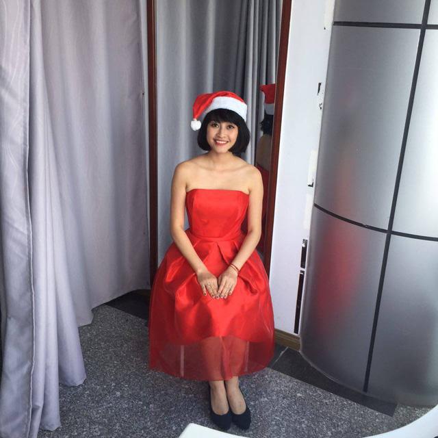 Trong khi đó, MC Phí Linh cũng xinh đẹp với trang phục mang phong cách Giáng sinh ở hậu trường chương trình Sống cùng D-Dramas tại VTVcab