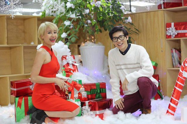 Nữ MC vui vẻ chụp ảnh cùng đồng nghiệp trong buổi ghi hình chương trình Hậu trường Showbiz