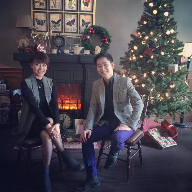MC Tuấn Hải là một trong những bạn dẫn quen thuộc với Phí Linh ở VTVcab. Cả hai lưu lại hình ảnh đón Giáng sinh khi cùng tham gia dẫn chương trình.