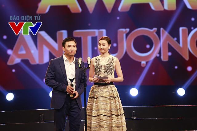 Đạo diễn Đỗ Thanh Hải và diễn viên Ninh Dương Lan Ngọc công bố giải thưởng Phim mới ấn tượng.