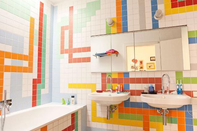 Nếu bạn là người yêu thích những sắc màu rực rỡ, hãy thử thay đổi tường gạch trong phòng tắm theo cách này.