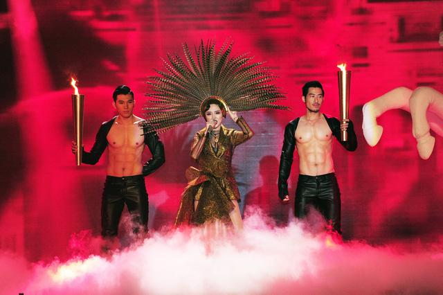 Mở màn chương trình, ca sĩ Tóc Tiên bất ngờ mang ca khúc Ngày mai vừa mới ra mắt thời gian gần đây lên sân khấu The Remix.