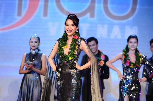 Khả Trang trong giây phút đăng quang