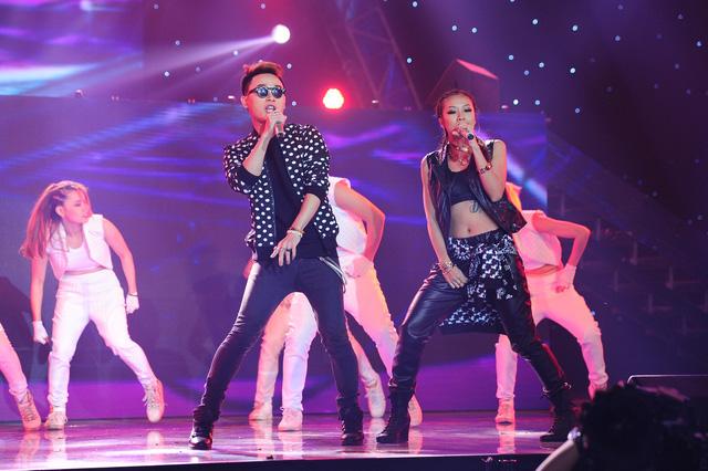 """Trong đêm thi, ngoài tiết mục của 8 nhóm thi còn có sự xuất hiện của 2 khách mời đặc biệt là Suboi và ca sĩ Trúc Nhân. Họ đã cùng nhau thể hiện bản remix ca khúc """"đình đám"""" Bốn chữ lắm"""