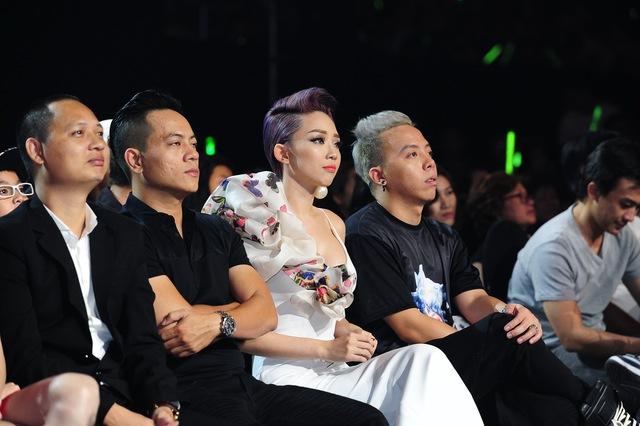 Tóc Tiên không tham gia biểu diễn nhưng vẫn có mặt trong đêm gala để cổ vũ cho các nhóm thí sinh