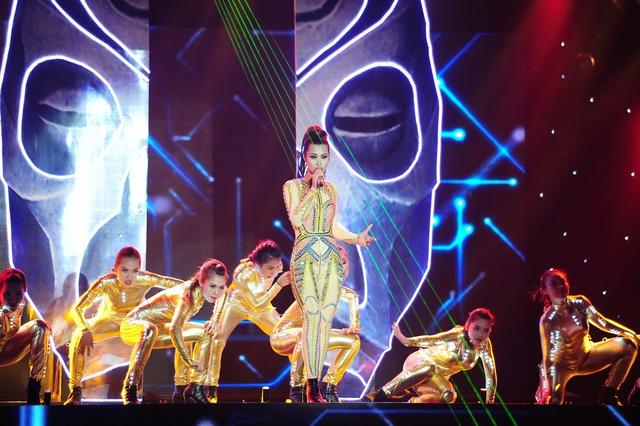 Đông Nhi mang đến ca khúc Hot - một bản hit của ca sĩ Thu Minh