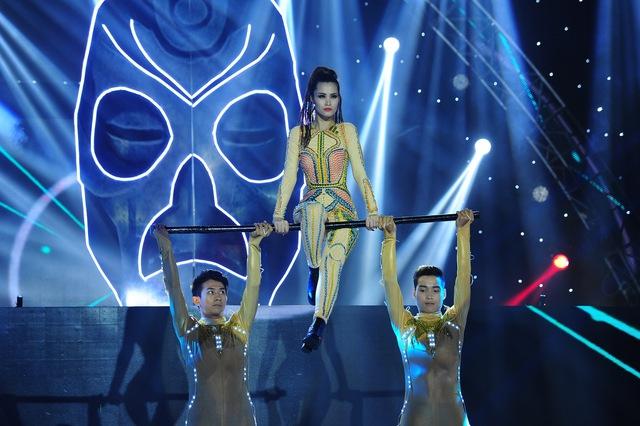 Đông Nhi còn khiến khán giả thót tim bởi những động tác vũ đạo nguy hiểm trên sân khấu