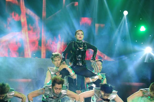 Giang Hồng Ngọc biểu diễn ca khúc Lột xác của nhạc sĩ Nguyễn Hải Phong