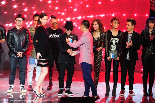 Nhóm Giang Hồng Ngọc nhận giải thưởng dành cho đội về Nhất tuần