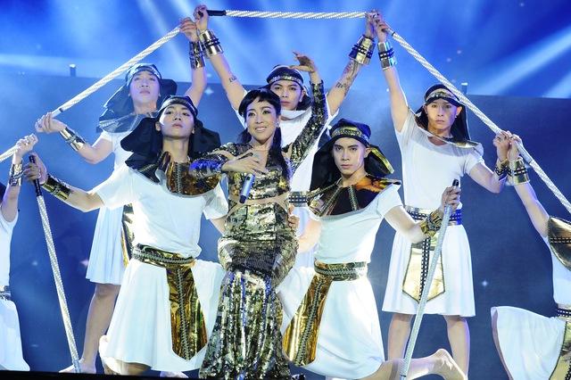 Mở màn chương trình, nghệ sỹ opera Ngọc Tuyền mang đến một phần trình diễn ấn tượng qua ca khúc Diva Dance