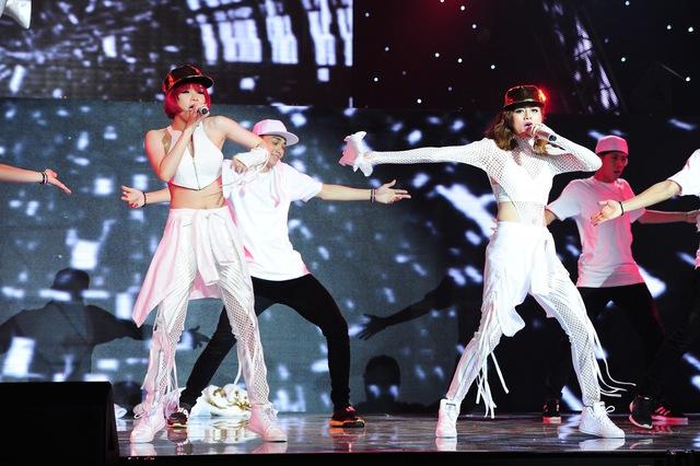 Nhóm Bee-T trình diễn ca khúc Buông tay