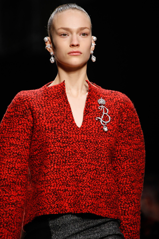 Bộ hoa tai và phụ kiện đính áo nổi bật của Balenciaga.