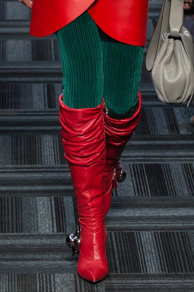 Boots đỏ với hình đá hai bên của J.W. Anderson.
