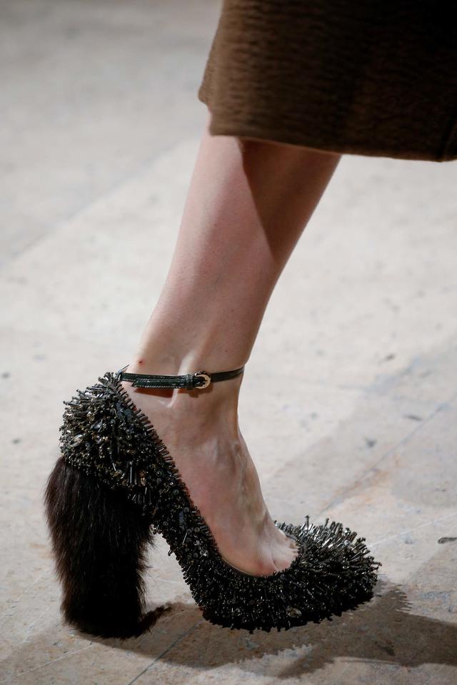 Rochas cũng ra mắt mẫu giầy mới có phụ kiện đá đính.