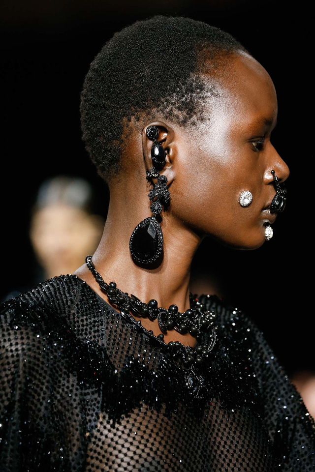 Givenchy thiết kế bộ hoa tai, vòng cổ và khuyên đính đá mang nét cổ điển.