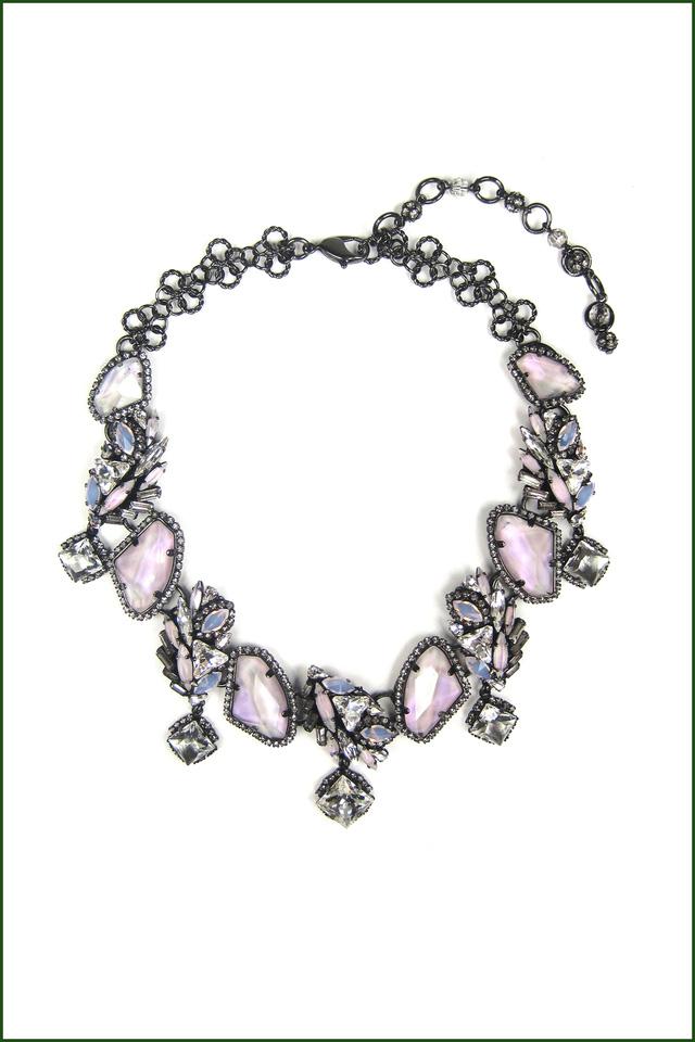 Thiết kế vòng cổ có đá màu hồng tím của Erickson Beamon.
