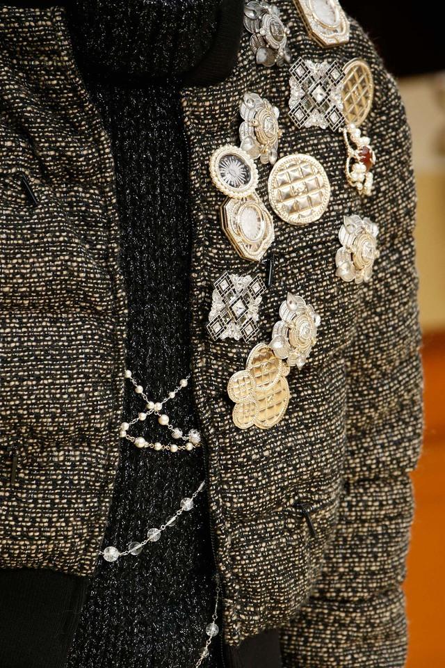 Bộ phụ kiện đính áo với nhiều hình dáng của Chanel.