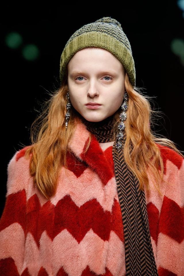 Hoa tai dài hình hoa đẹp mắt của Gucci.