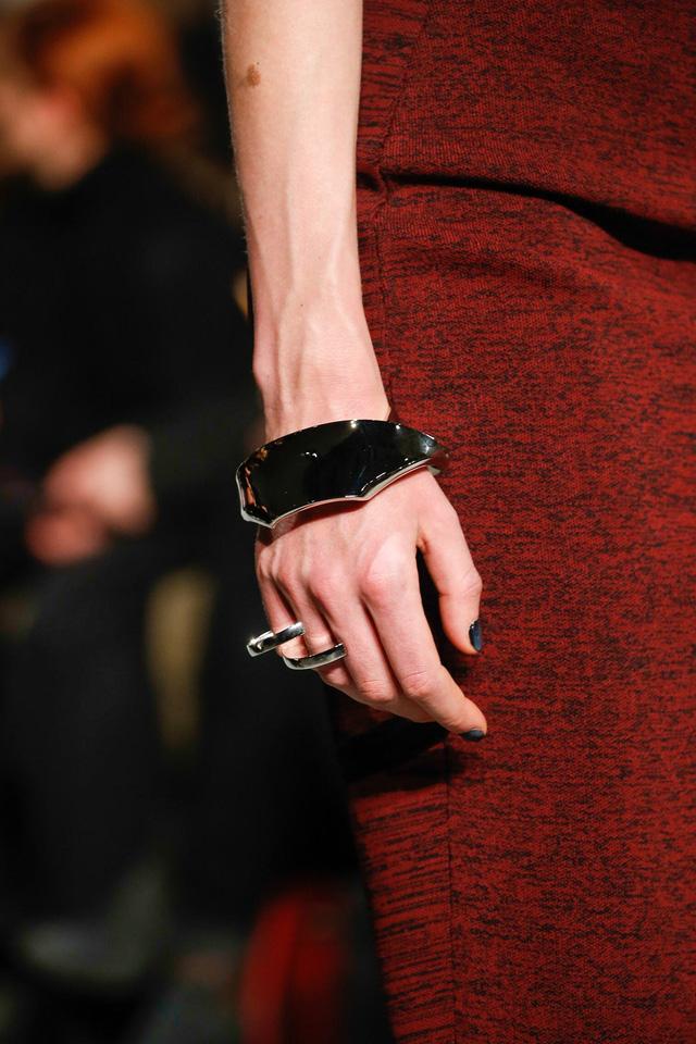 Thiết kế vòng tay độc đáo của Proenza Schouler.