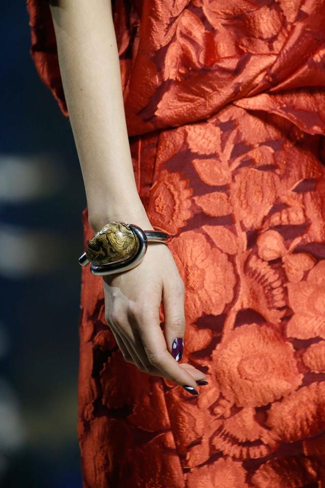 Vòng tay với hạt đá to nổi bật của Kenzo.
