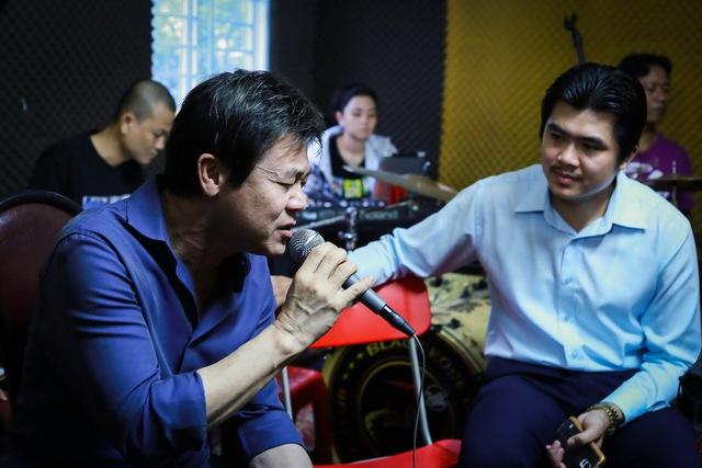 Danh ca Thái Châu (trái) hướng dẫn cho Phú Quý (phải)