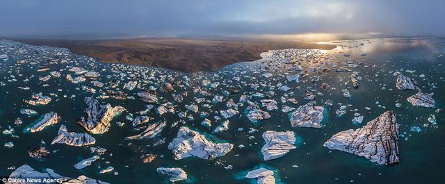 Những tảng băng nổi trên bờ biển của Iceland