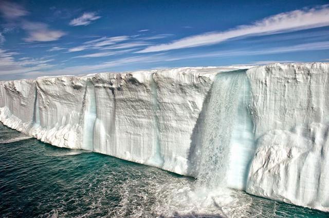 Hình ảnh khối băng đang tan chảy dần gần Slavbard (Na Uy).