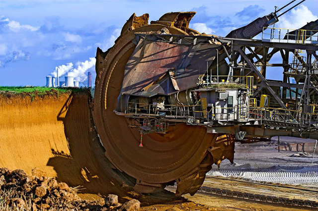 Máy xúc lớn nhất thế giới có tên Bagger 288 được sử dụng trong quá trình khai thác than tại mỏ than ở Tagebau Hambach (Đức).