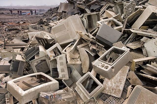 Bãi rác điện tử ở Accra (Ghana), đây cũng là hình ảnh dễ bắt gặp ở những nước thuộc thế giới thứ ba.