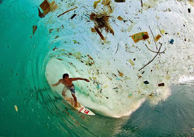 Lướt giữa những con sóng đầy rác ở đảo Java (Indonesia), hòn đảo có dân số phát triển nhất thế giới.