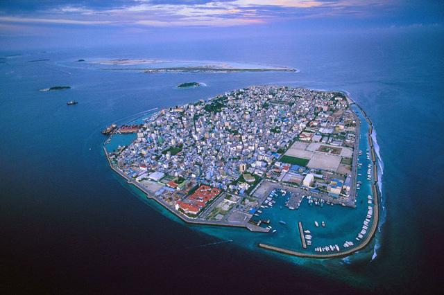 Quần đảo Maldives ngày càng ngập nước do biến đổi khí hậu và sự phát triển của cuộc sống con người. Các nhà khoa học cảnh báo quần đảo này sẽ bị chìm nghỉm trong 50 năm nữa.