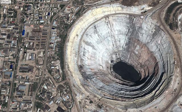 Lỗ hổng khổng lồ này chính là mỏ khai thác kim cương lớn nhất thế giới, nằm ở Nga.