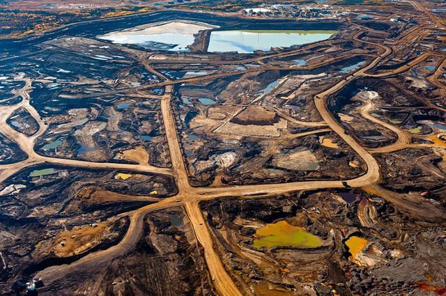 Khu vực Tar-rich ở Alberta (Canada) bị hủy hoại do nạn khai thác tài nguyên và các chất thải độc hại.