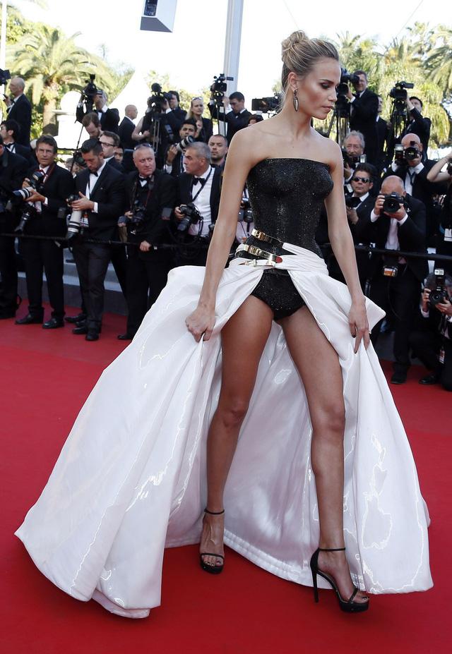 Một lần nữa, Natasha Poly xuất hiện trong danh sách ăn mặc xấu tại LHP Cannes 2015 với bộ cánh này.