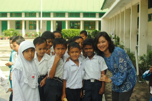 BTV Hương Linh chụp ảnh cùng trẻ em làng Lumpuuk - những em bé được sinh ra sau trận sóng thần