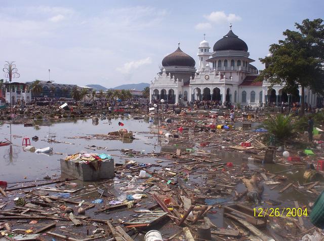 Toàn cảnh làng Lumpuuk, tỉnh Aceh, Indonesia, sau trận sóng thần. Cả ngôi làng gần như bị xóa sổ, chỉ còn nhà thờ là đứng vững.
