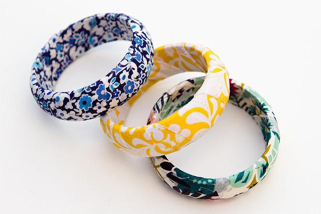 Vòng tay bọc vải mang họa tiết đa dạng.