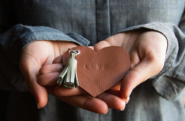 Móc khóa handmade làm bằng da.