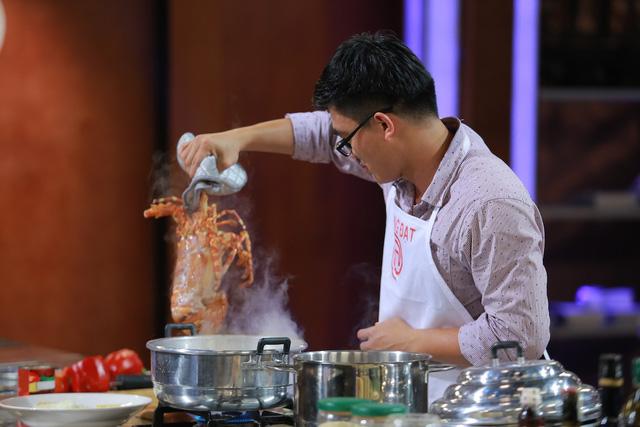 Quang Đạt bị loại vì kỹ năng xử lý tôm hùm không khéo léo bằng Thanh Cường.