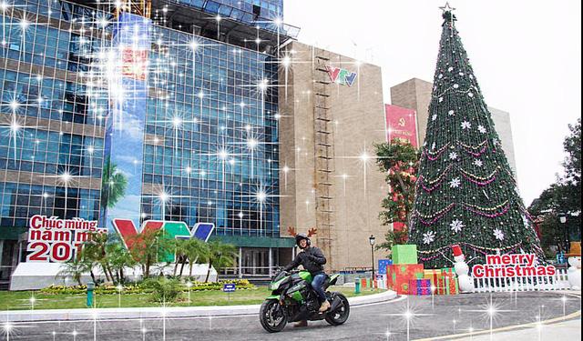 BTV Quang Minh đã đăng tải lên trang cá nhân ảnh chào đón Giáng sinh lung linh tại nơi làm việc