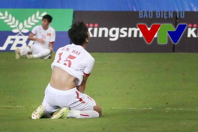 Ngay sau khi tiếng còi kết thúc trận đấu vang lên, đội trưởng Quế Ngọc Hải sụp xuống thất vọng.