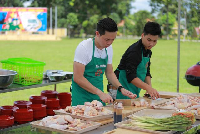 Đội trưởng Quốc Cường (trái) tự tay sơ chế gà.