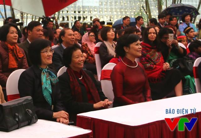 Buổi khai mạc Liên hoan ẩm thực lần thứ 3 có sự tham dự của Đại sứ Nguyễn Nguyệt Nga - Phu nhân Phó Thủ tướng, Bộ trưởng Bộ Ngoại giao Phạm Bình Minh (áo đen, đeo kính) và bà Mai Thị Hạnh - Phu nhân Chủ tịch nước Trương Tấn Sang (áo dài đỏ).