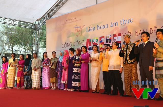 Buổi khai mạc Liên hoan diễn ra sôi nổi với chủ đề Cộng đồng ASEAN với bạn bè quốc tế.