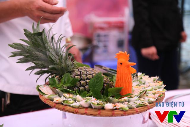 Một số món ăn được tạo hình công phu.