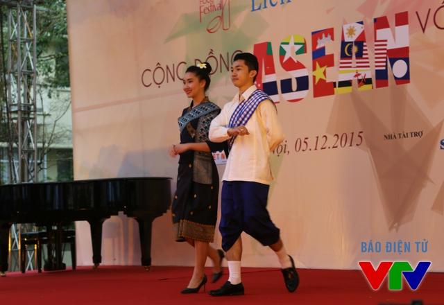 Bên cạnh đó, người xem còn có cơ hội hiểu thêm về trang phục các nước Đông Nam Á thông qua màn trình diễn thời trang.