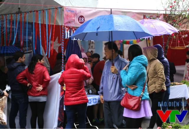 Sức hấp dẫn của Liên hoan thu hút đông người tới dù trời mưa.